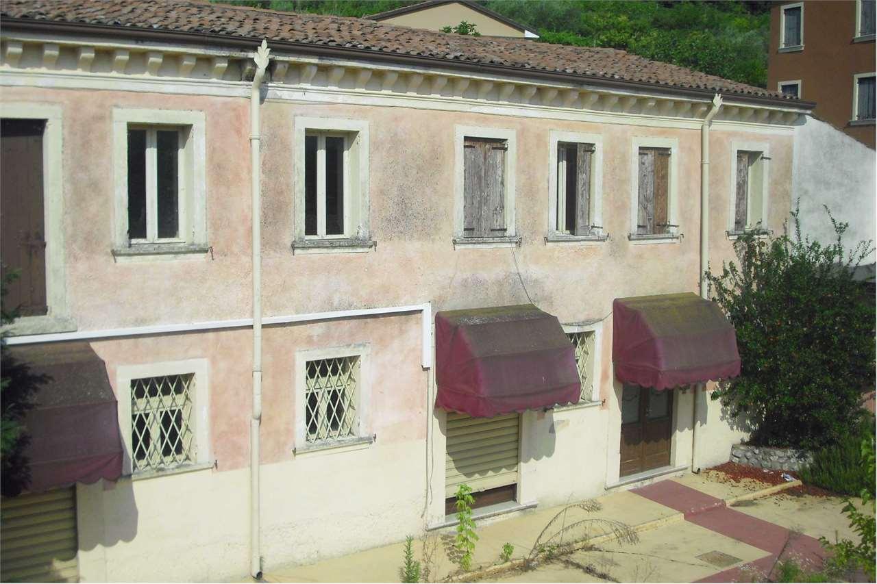 Rustico / Casale in vendita a San Martino Buon Albergo, 15 locali, prezzo € 298.000 | CambioCasa.it