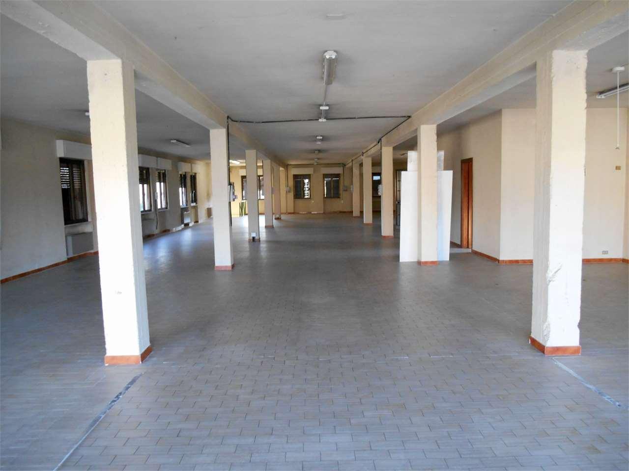Negozio / Locale in affitto a Capannori, 3 locali, zona Zona: Lunata, prezzo € 4.200 | Cambio Casa.it