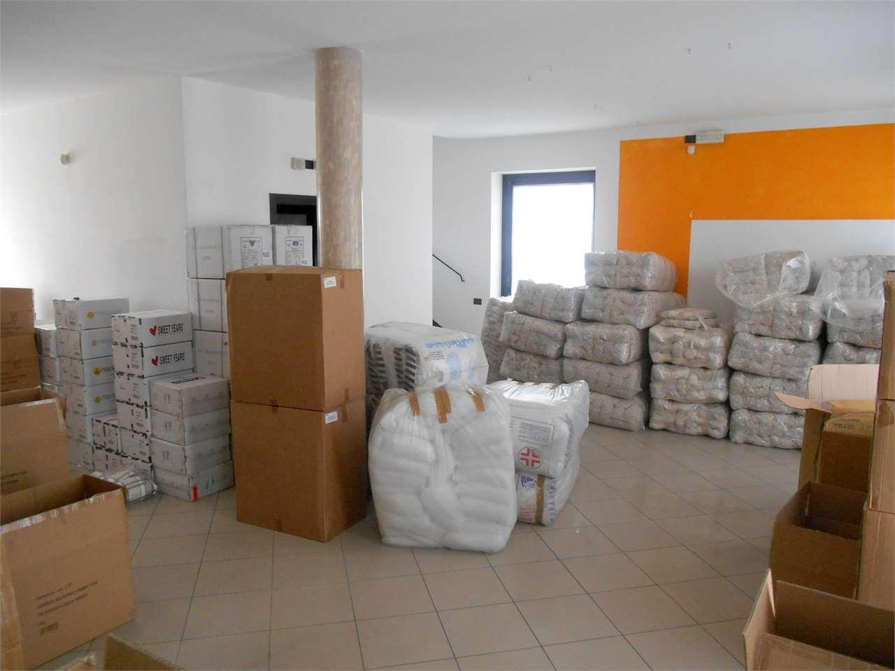 Negozio / Locale in affitto a Capannori, 6 locali, zona Zona: Lunata, prezzo € 2.500 | Cambio Casa.it
