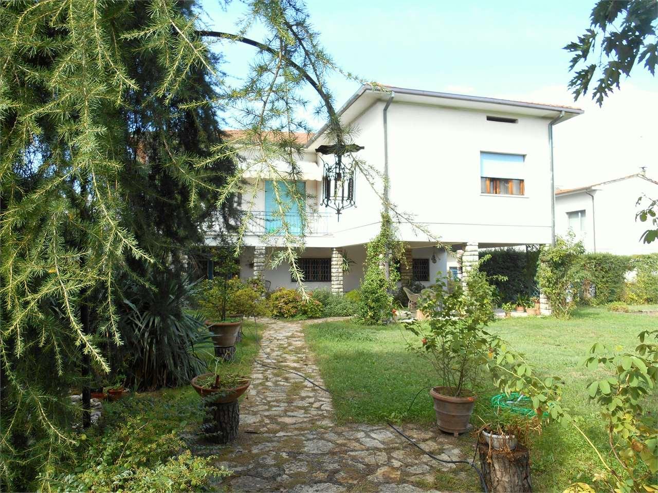 Villa in vendita a Lucca, 11 locali, prezzo € 410.000 | Cambio Casa.it
