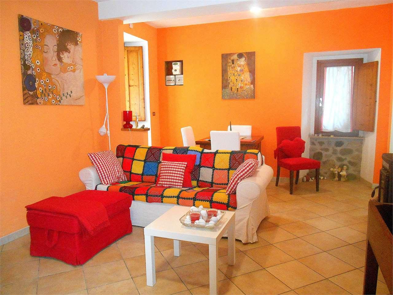 Appartamento in vendita a Borgo a Mozzano, 8 locali, zona Zona: Diecimo, prezzo € 120.000 | CambioCasa.it