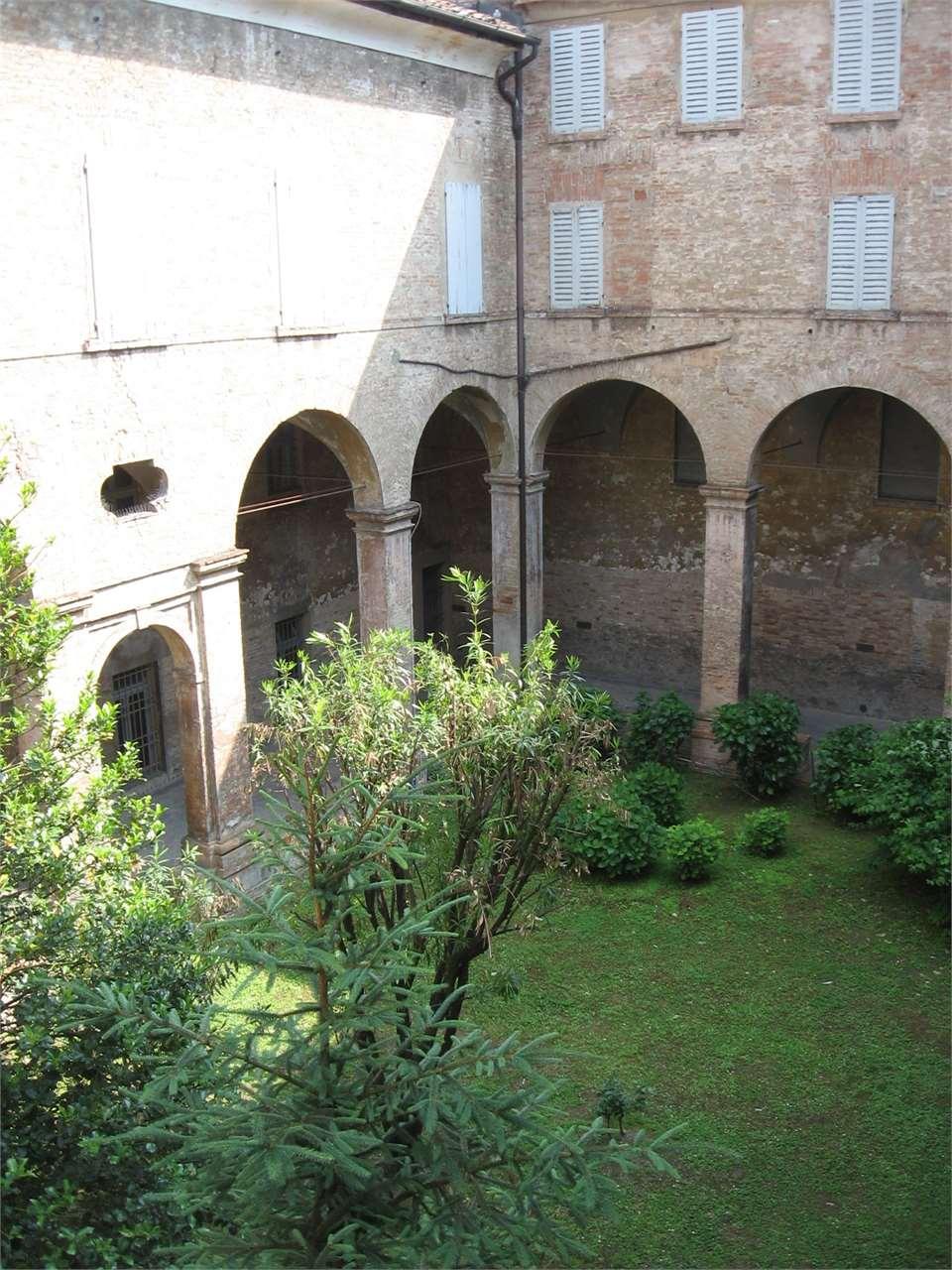 Palazzo / Stabile in Vendita a Modena