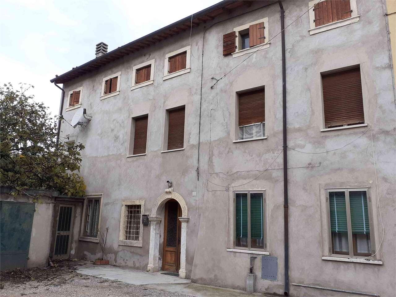 Palazzo / Stabile in vendita a Tregnago, 15 locali, prezzo € 150.000 | CambioCasa.it