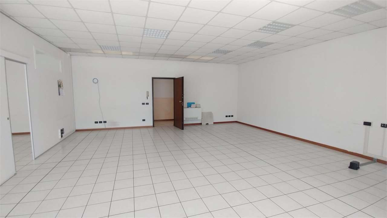 Ufficio / Studio in affitto a Erbusco, 3 locali, prezzo € 600 | CambioCasa.it