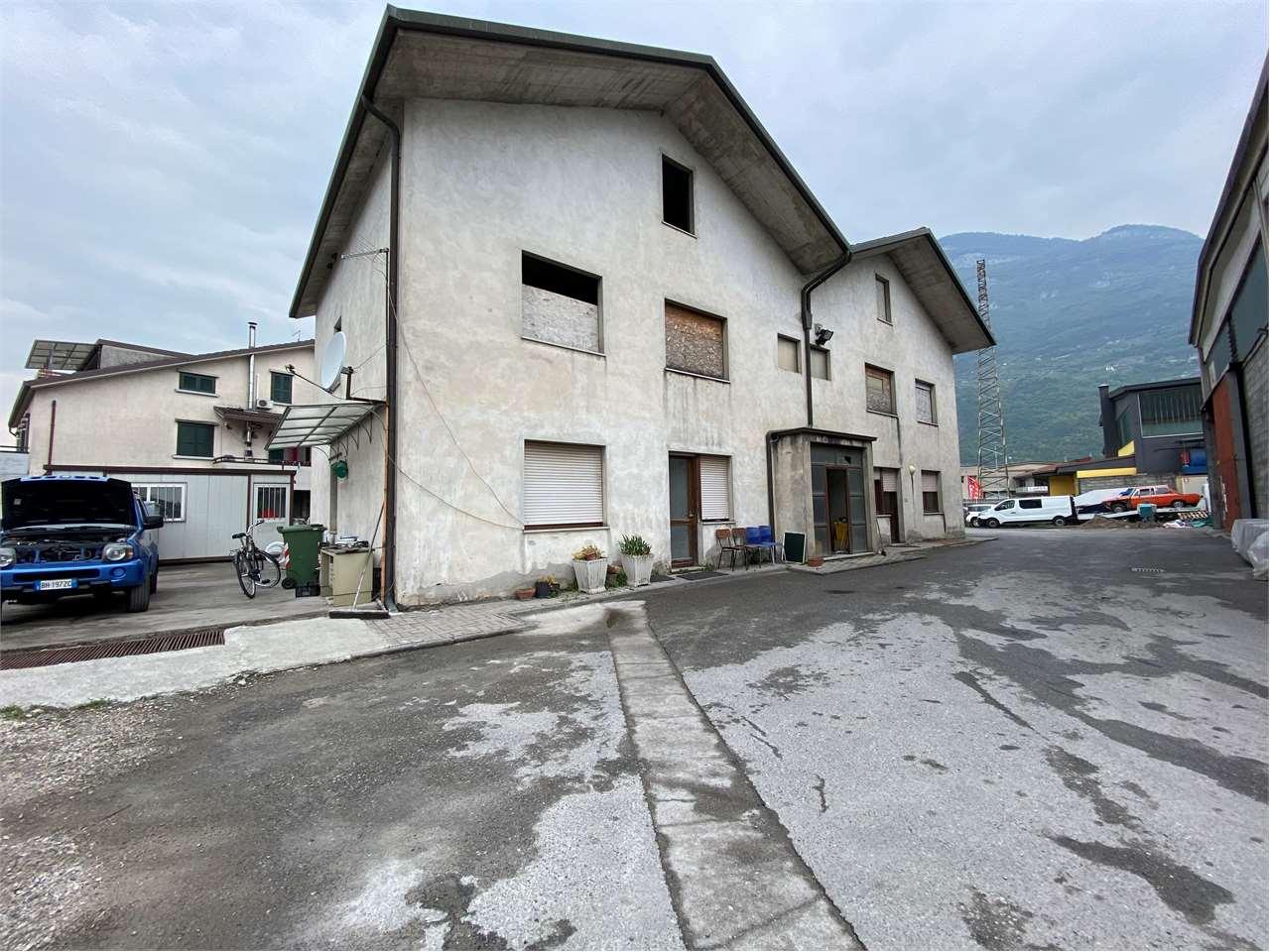 Ufficio / Studio in vendita a Esine, 12 locali, zona Zona: Plemo, prezzo € 179.000 | CambioCasa.it