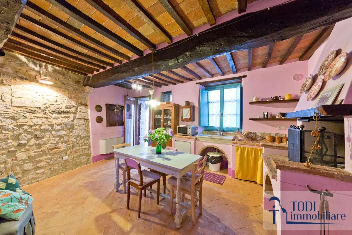 Appartamento in vendita a Todi, 4 locali, zona Località: Todi - Frazione, prezzo € 125.000 | CambioCasa.it