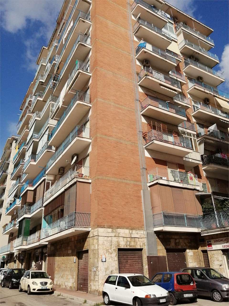 Negozio / Locale in affitto a Aversa, 2 locali, zona Località: CENTRO/SUD, prezzo € 750 | CambioCasa.it