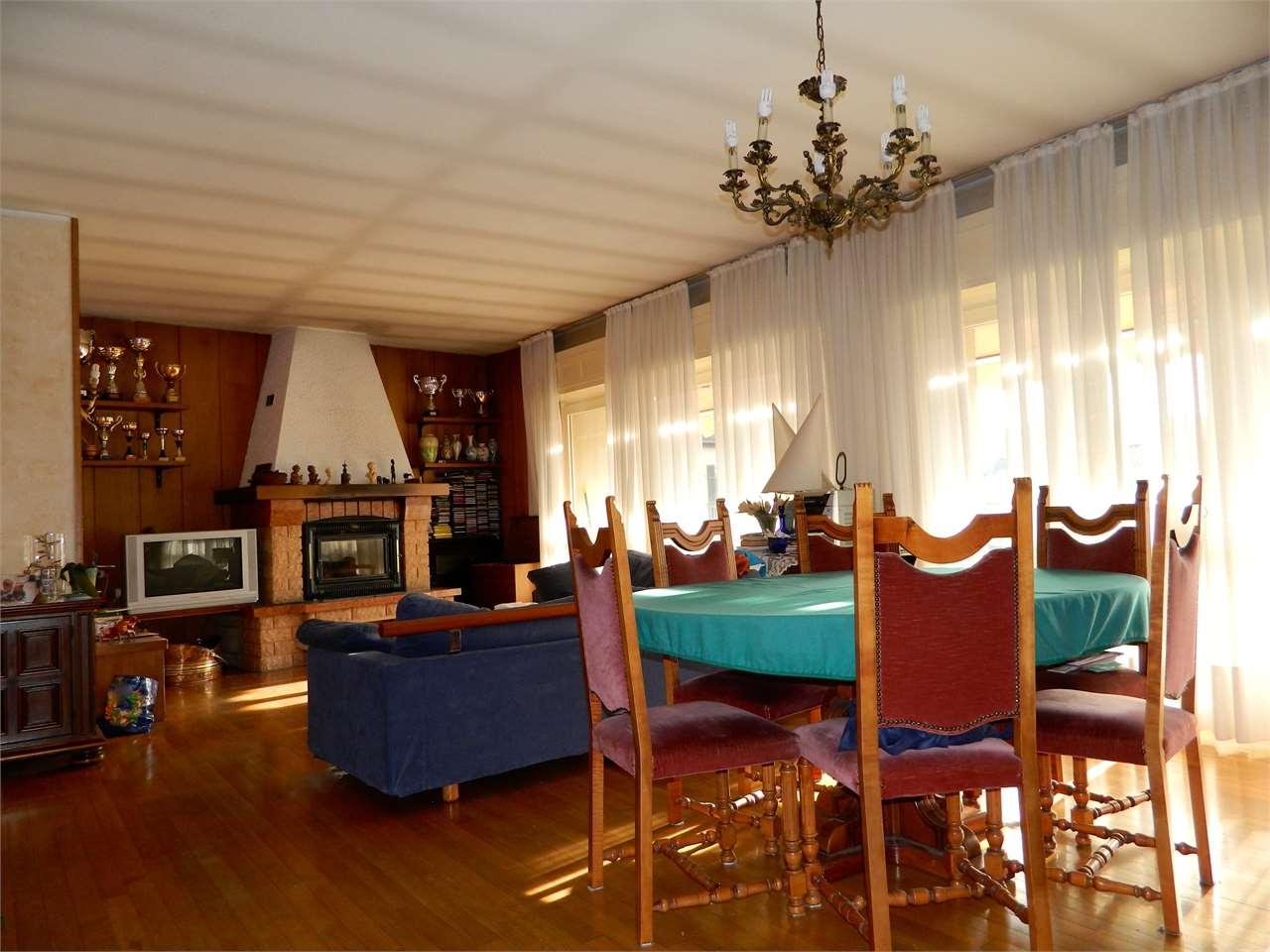 Palazzo / Stabile in Vendita a Taino