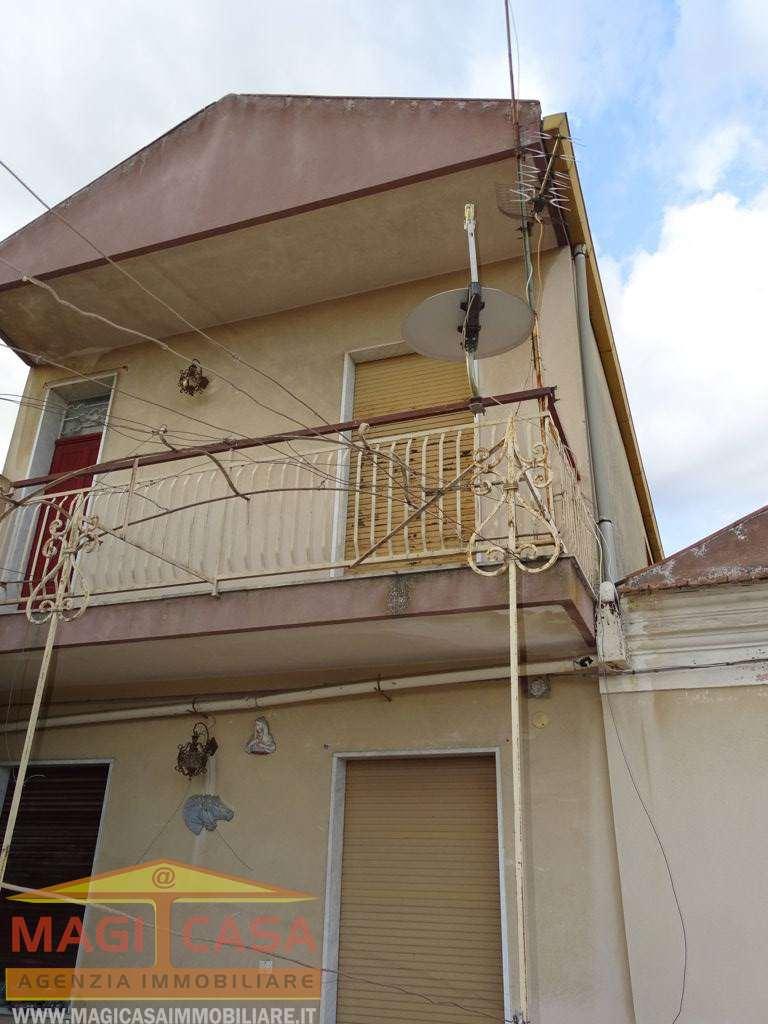 Soluzione Indipendente in vendita a Camporotondo Etneo, 7 locali, prezzo € 130.000   CambioCasa.it