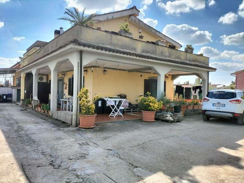 Villa in vendita a Lanuvio, 6 locali, zona Zona: Malcavallo, prezzo € 145.000 | CambioCasa.it