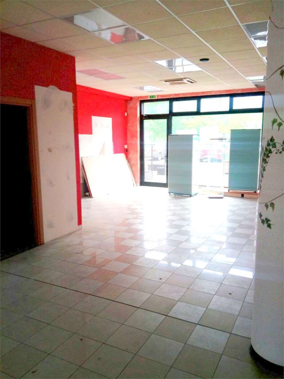 Negozio / Locale in affitto a Capannori, 2 locali, zona Località: Guamo, prezzo € 1.000 | CambioCasa.it