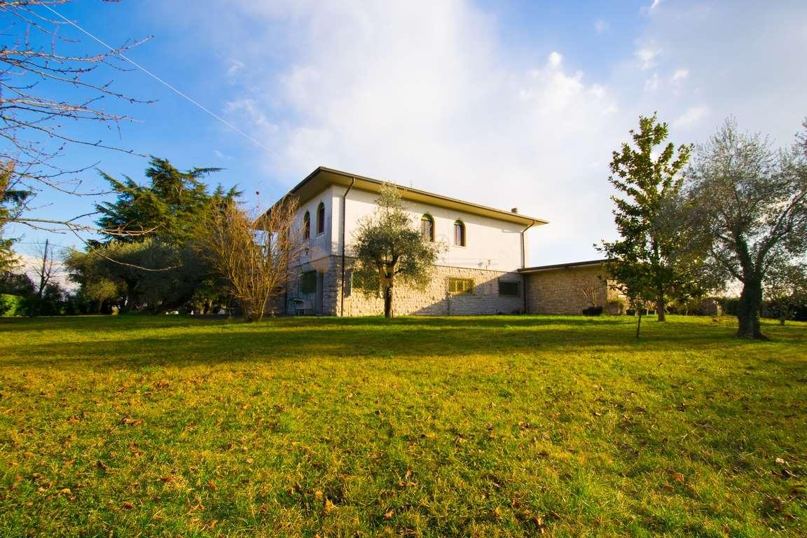 Villa in vendita a San Felice del Benaco, 9 locali, prezzo € 1.000.000 | PortaleAgenzieImmobiliari.it